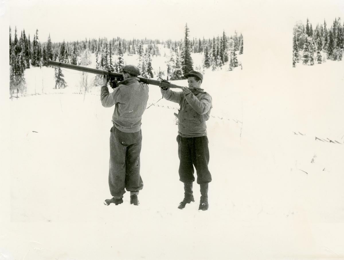 Orvar Thorshaug og Ola Spangrud med en bazooka. Begge er med på eit kurs i regi av Hjemmefronten i 1944.