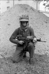 Fältutrustad jägarsoldat, uniform m/59 och AK 4. Samh: 11995