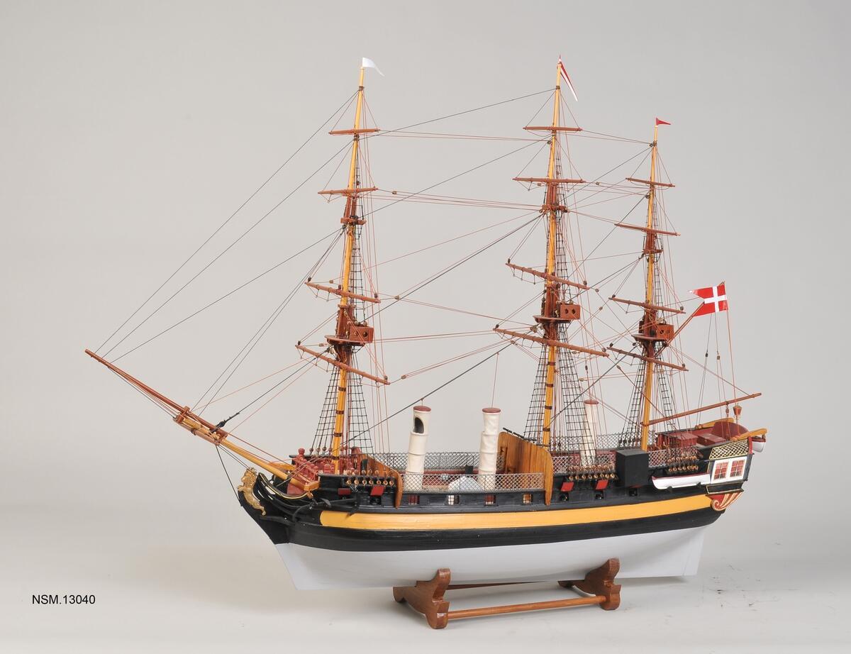Modell av seilskipet Fredensborg, tre master, baugspryd og et dansk flagg.