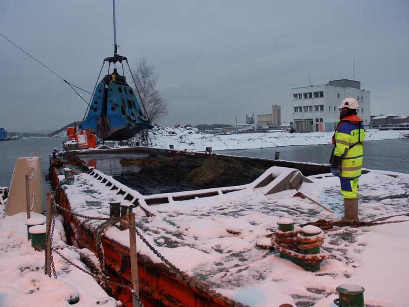 En arkeolog følger med på mudring av sjøbunn under Senketunnelprosjektet i Oslo. (Foto/Photo)