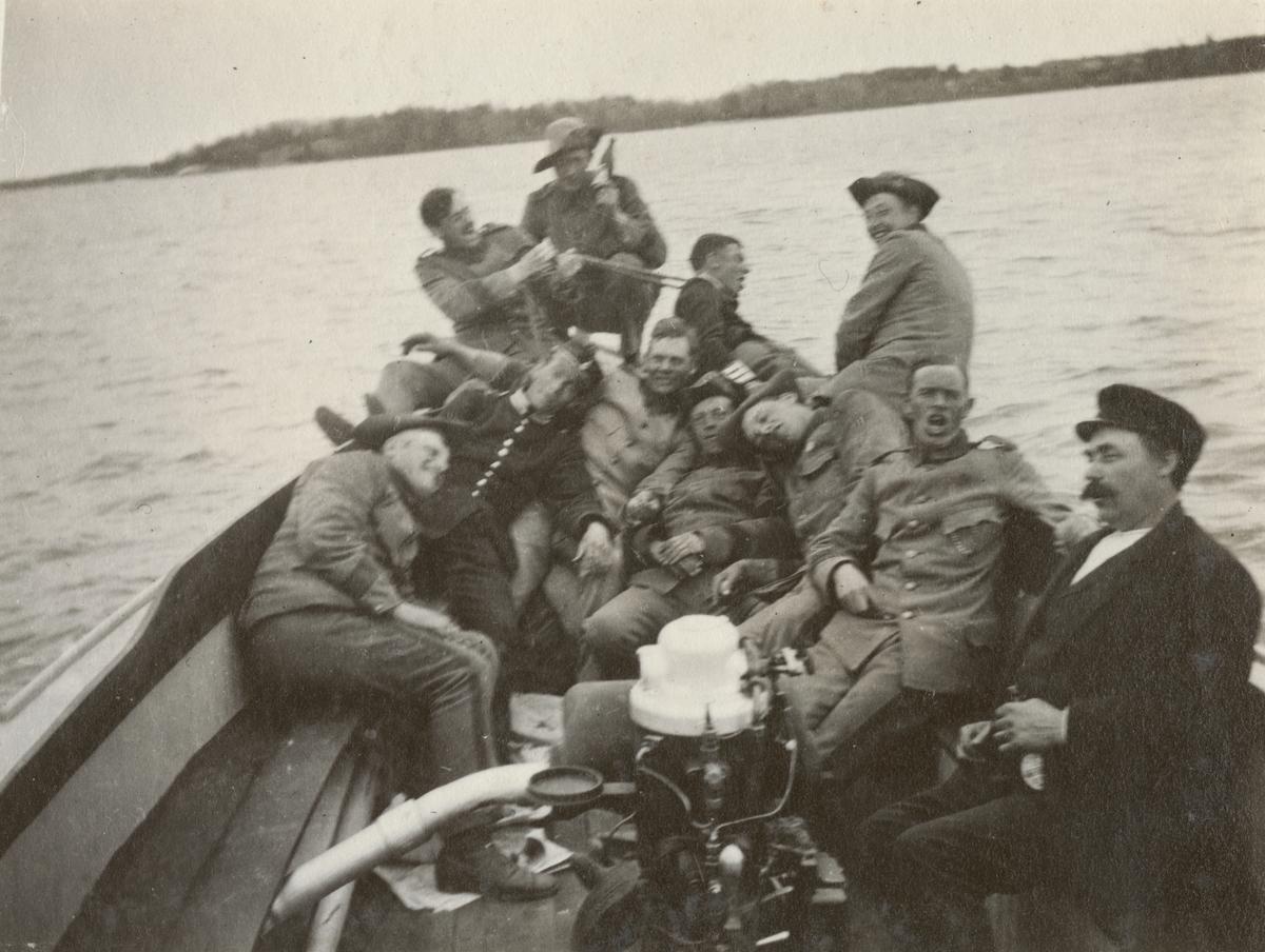 Gruppbild av soldater från Göta livgarde I 2 i båt.