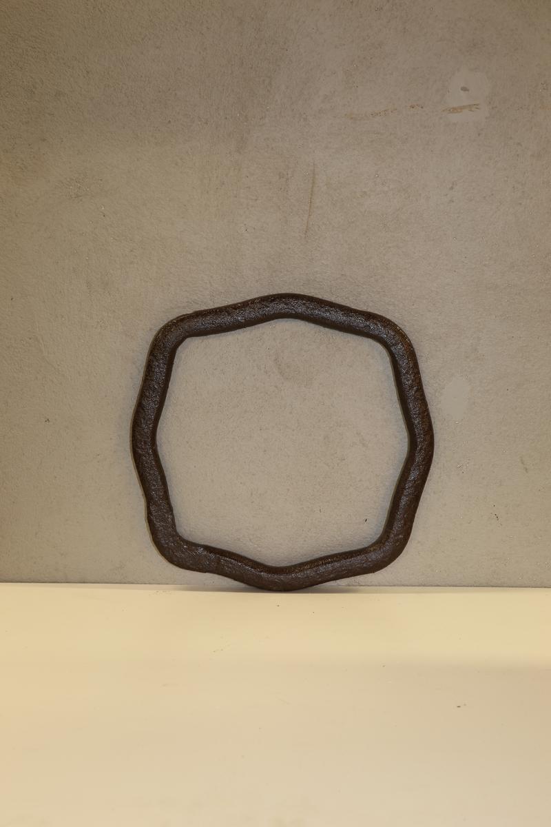 Åtte kantet form med buede hjørner.Trolig brukt som redskap for å klemme coquileneformene sammen. Klemringene har varierende form. Klemringene ble laget i forskjellige former alt fra avlange, tilnærmet kvadratisk/ rektangulær eller mer sirkellignende. Varierende tykkelse på godset på ca. pluss/ minus 2 cm.