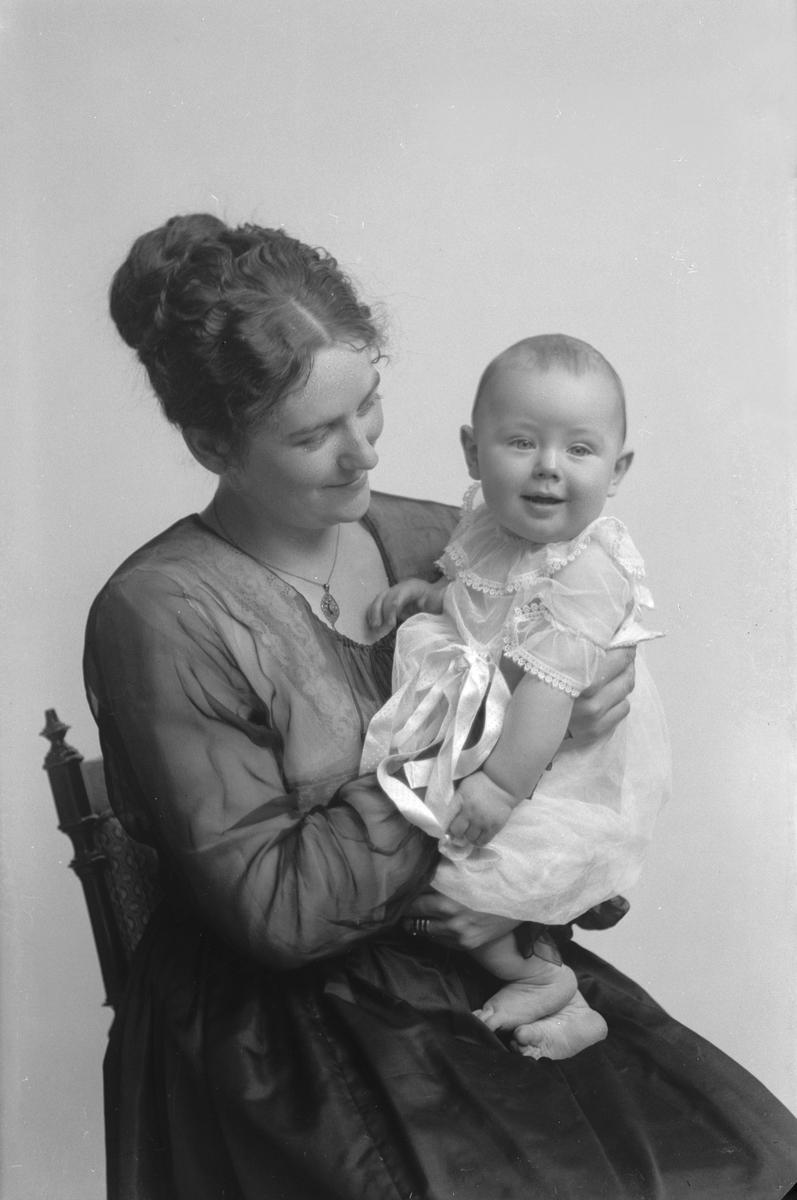 Porträtt från fotografen Maria Teschs ateljé i Linköping. 1906. Beställare: Andersson, fru.