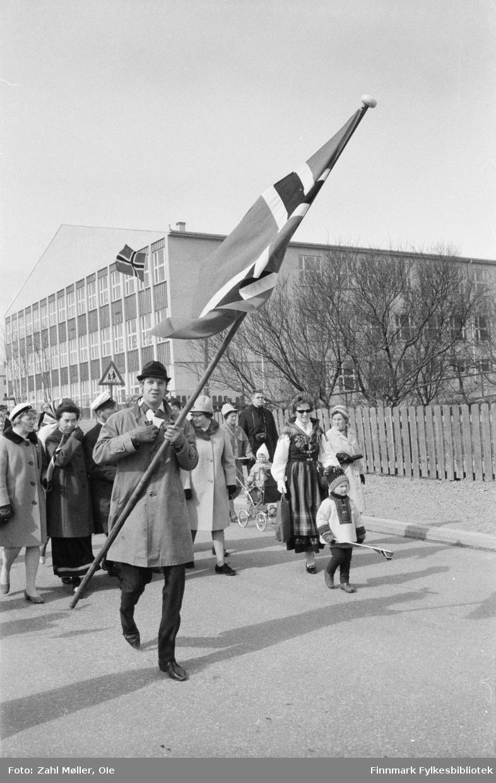 Vadsø, 17.mai 1970. Flaggbærer fremst i borgertoget.