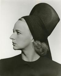 Hattmode. Gurli Lemon-Bernhard i hatt från Maison Marthe.