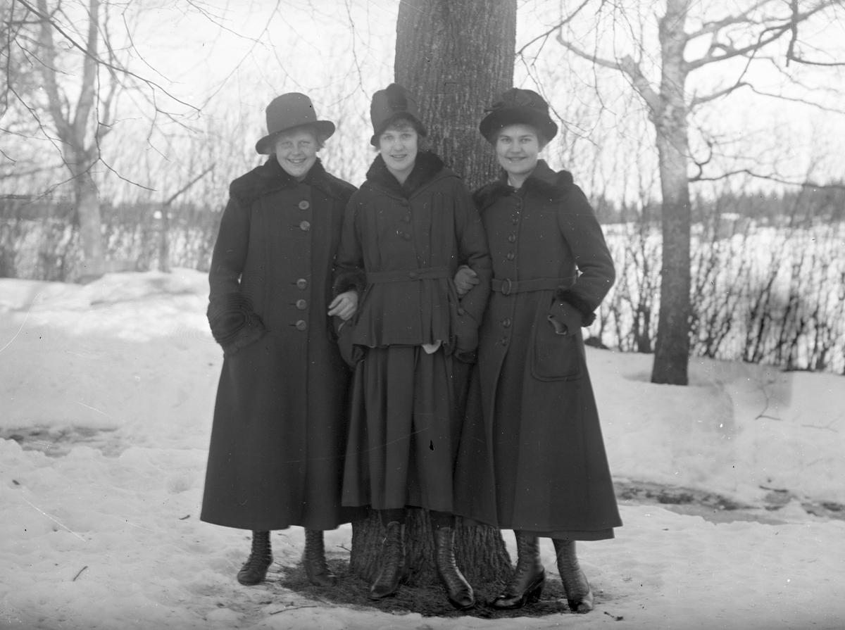 Tre unga kvinnor