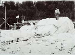 Bygging av bru over Haugsfoss - muring av pillar