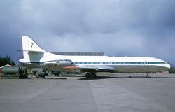 Flygplan TP 85 nummer 18172 märkt 17 FC står på flygfältet M