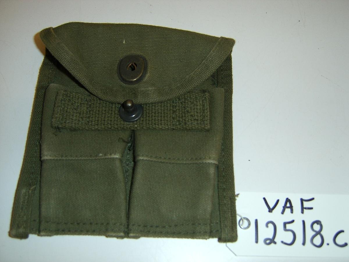 Uniform i tre deler: jakke, lue og patronveske. Innsvinget jakke med fire lommer,enkelt spent,nedbrettet krage. Bøtteformet lue med distinksjoner. Svart lærbrem og svart lærrem som går over bremmen. Kvadratisk patronveske i grønt lerretsstoff, med stor svar trykknapp foran.