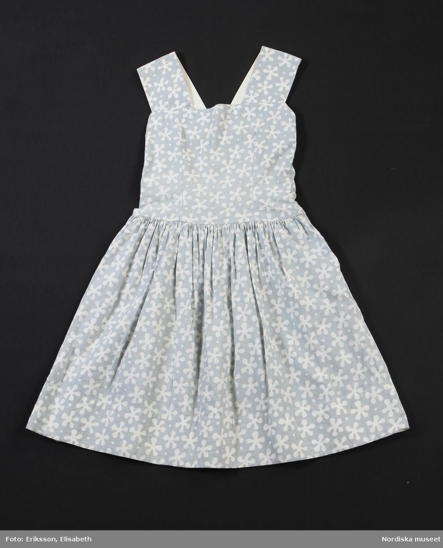 """Flickklänning i samma modell som mammas, tillverkad av bomullstyg i mönstret Borealis ritat av Josef Frank för Svenskt Tenn. Gunhild Engholm sydde klänningen till 10–12-åriga dottern Ingrid. Ärmlösa klänningar med bolero var mycket populära på 50-talet. /Utställningstext """"Mitt 50-tal"""" 2017"""