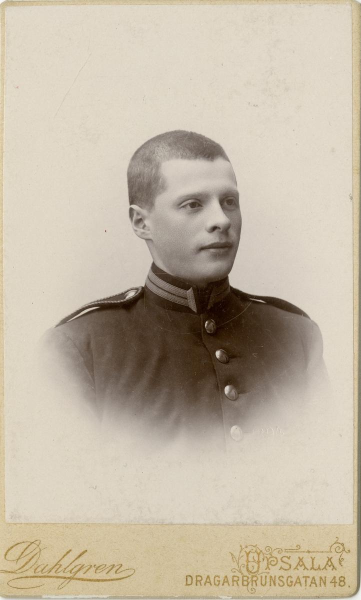 Porträtt av Carl Hjalmar Ekstedt, löjtnant vid Upplands regemente I 8. Se även AMA.0009813.