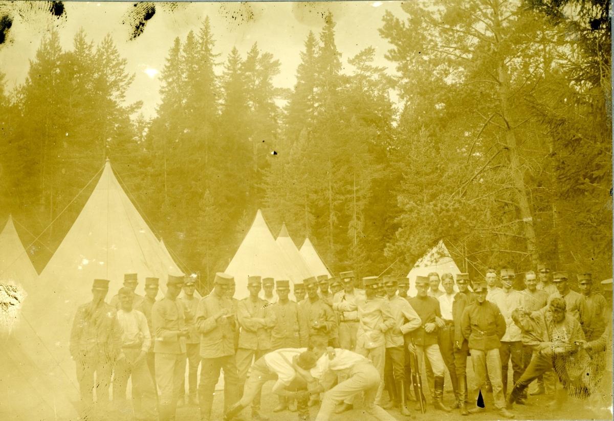 Militärer, Karlsborg. Framför tält i skogen.