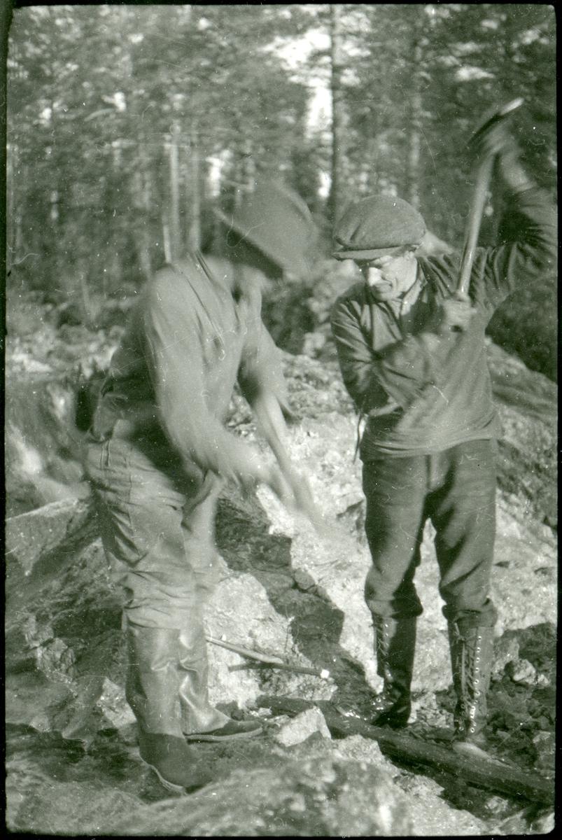Per O. Listerud driver med mineringsarbeid.