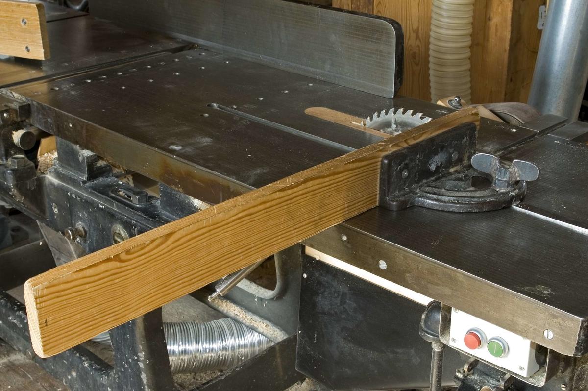Anhåll för kombinationsmaskin SK:REK 9008. Utbytbart anhåll som monteras på maskinens bord vid kapning. På kapanhållets järnplatta finns ett 760 mm långt och 85 mm brett trästycke fastskruvat som förlängning till anhållet.  Funktion: Stöd vid kapning