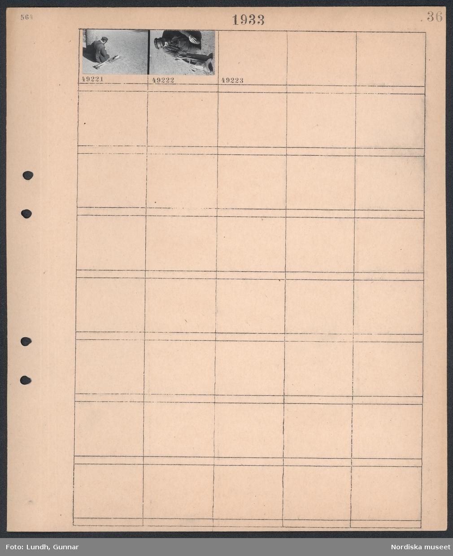"""Motiv: (ingen anteckning) ; En man med skärmmössa med text """"Född Invalid"""" sitter på marken med två kryckor bredvid sig."""