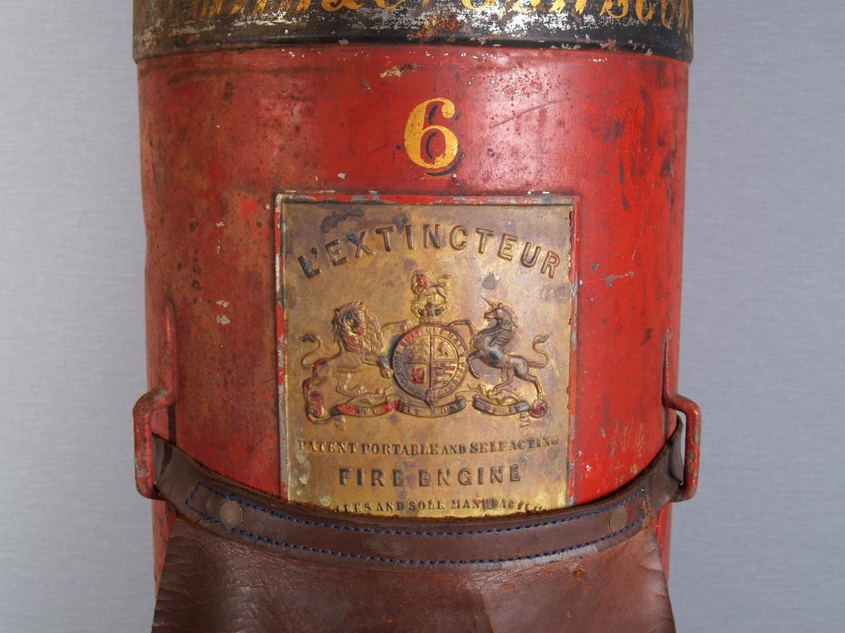 Sylinderformet brannslukkingsapparat for vann. Påfyllingspunkt på toppen.  Kran i nedre del av sylinderen. Bærerem i festepunkt omlag opp på sylinderen.