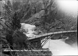 Bro i Vemorkjuvet, i bakgrunnen sees anlegg for provisorisk