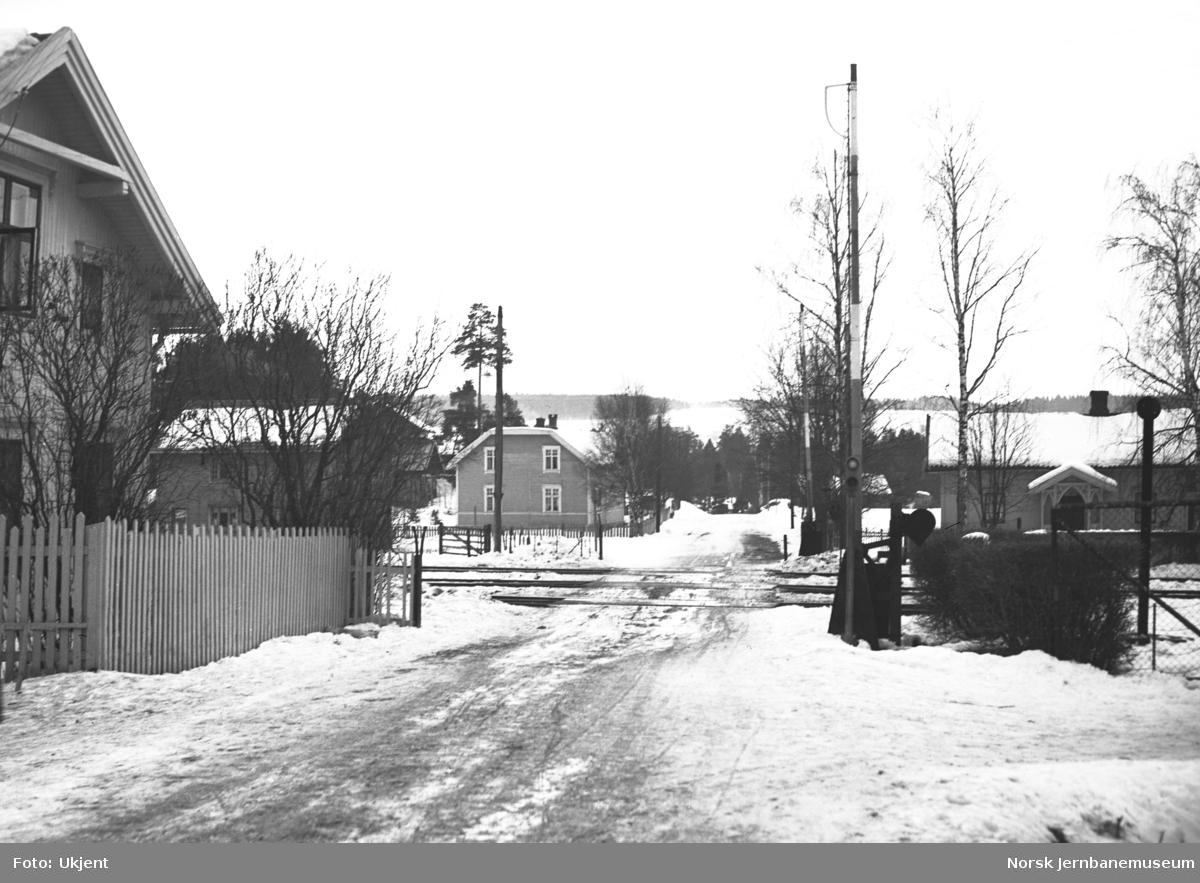 Hjellum stasjon, planovergangen