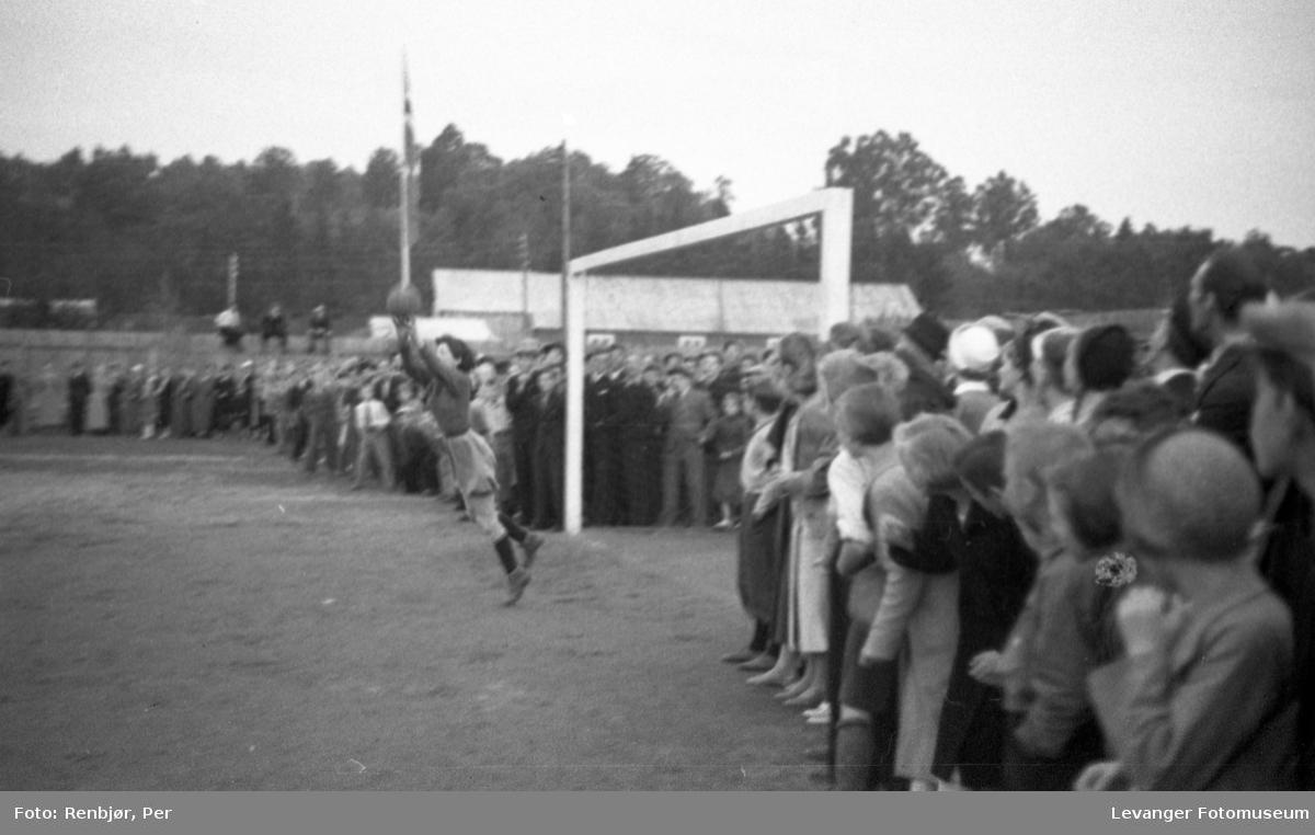 Tidlig kvinnefotball, målvakta fanger ballen, fra Sanitetens opptog.