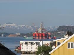 Boreriggen Aker Barents på vei til Vestbase i Kristiansund.