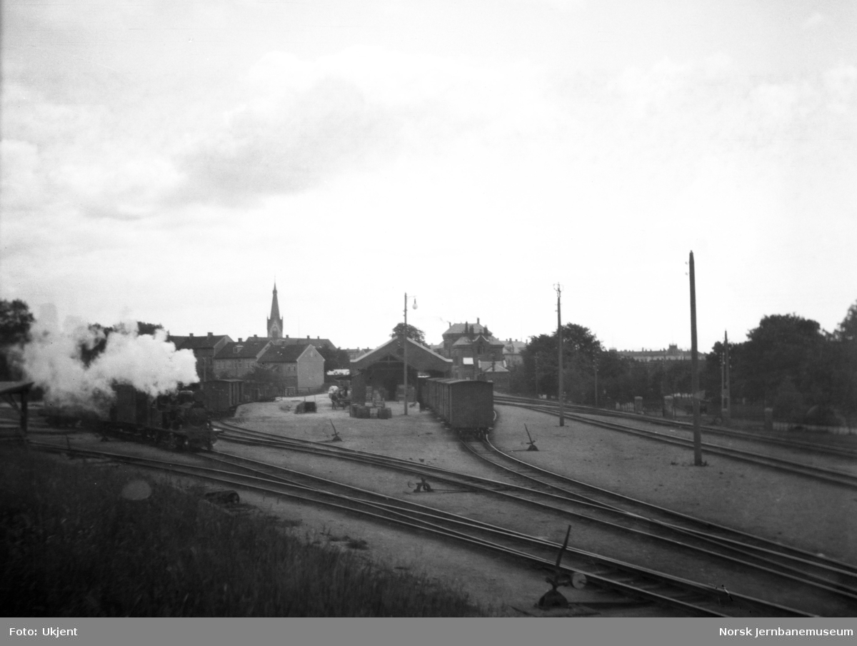 Kristiansand stasjon, oversiktsbilde, med damplokomotiv nr. 7
