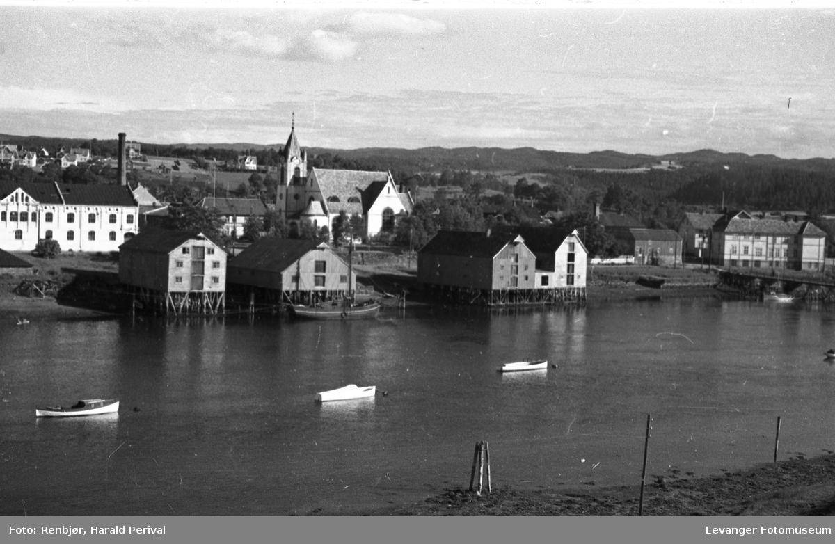 Fra Levangersundet, utsikt mot bryggerekka, melkefabrikken og Levanger kirke.