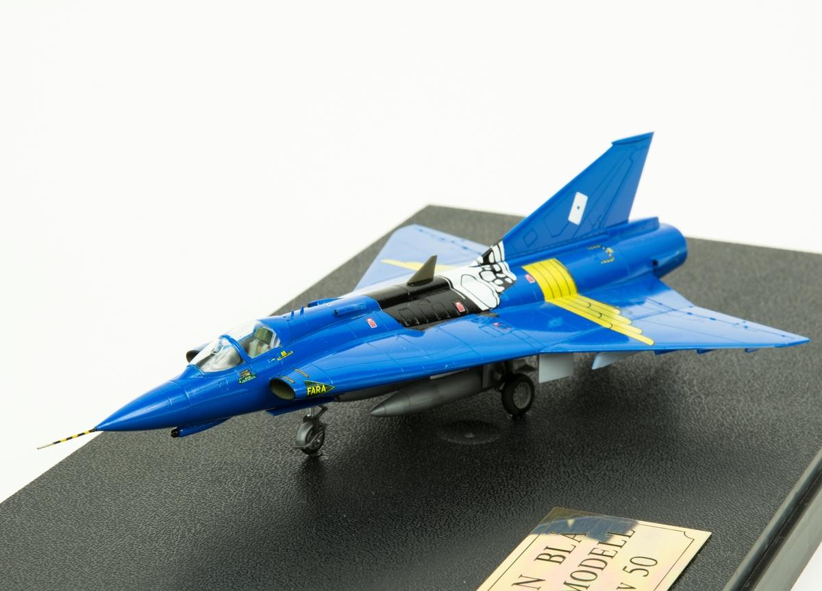 Flygplanmodell av Saab 35 J 35 Draken. Johan Blå. Skala 1:72. Modellen är monterad i en plastmonter.