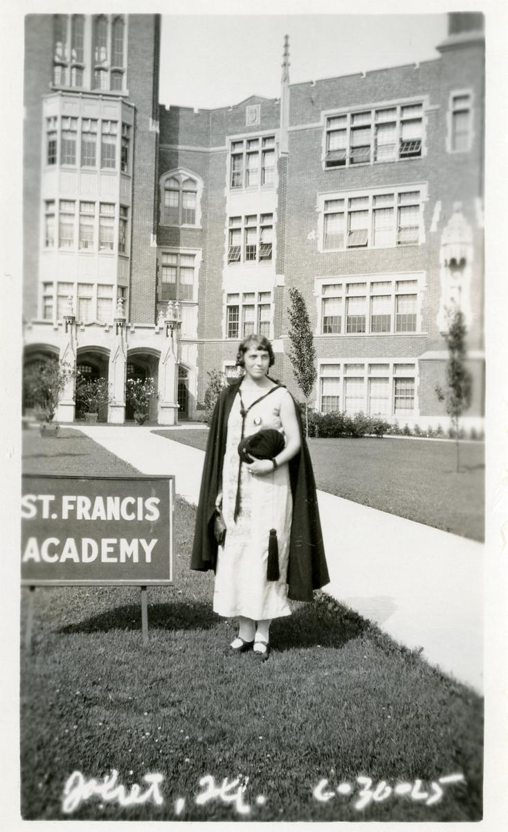 Ukjent kvinnelig student utanfor St. Francis Academy.