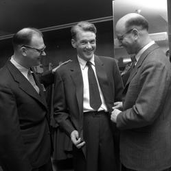 Orvar Bergmark får kostym av varuhuset Härold.  Mars 1956.
