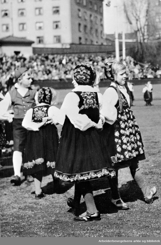 1. mai i Oslo, 1935. Barnelagenes dansarring opptrer under barnestevnet på Dælenenga stadion.