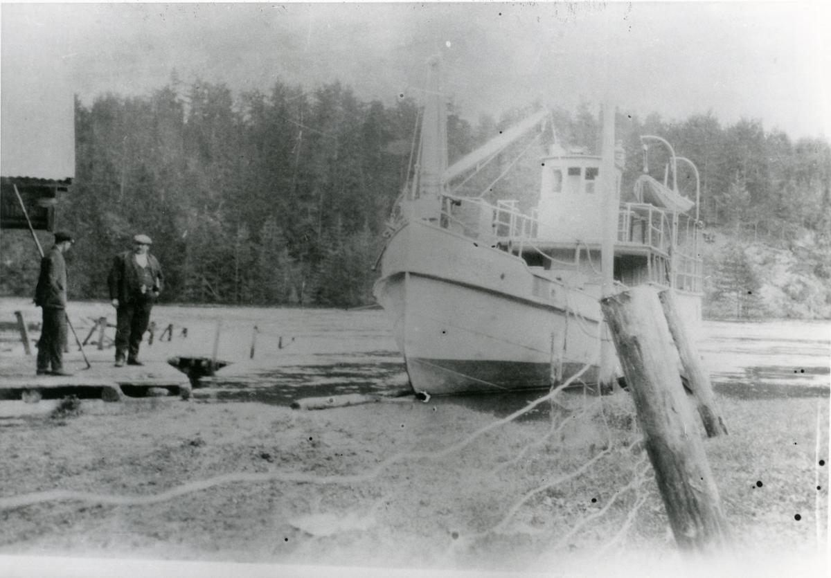 """Sørum. Lastebåten """" Valdres """" ved brygga."""