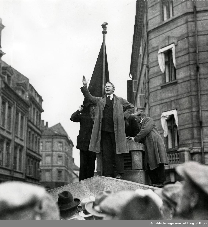 Henry W. Kristiansen taler utenfor Møllergata 19 og Folkets Hus, i forbindelse med storlockouten, 1931.