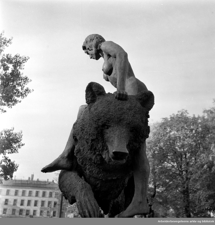 Ankerbrua: Skulptur av Dyre Vaa. Oktober 1957