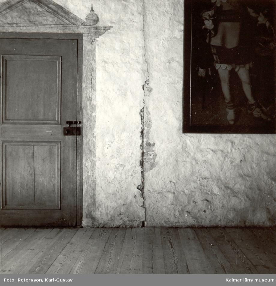 Trompe l'œil-målning i Gyllene salen på Kalmar slott.  Spricka i fogen mellan Kungstrappans och kuretornets murar.