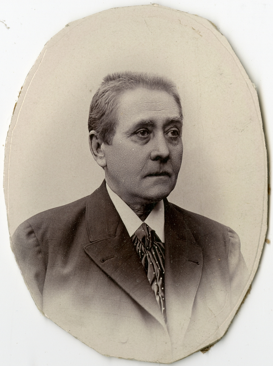 Porträtt av J.B. Lundstedt vid Stockholms Tyg-, ammunitions- och gevärsförråd.