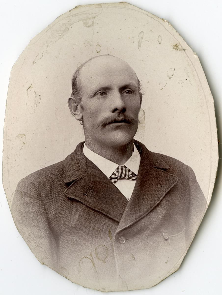 Porträtt av J.A. Jakobsson vid Stockholms Tyg-, ammunitions- och gevärsförråd.