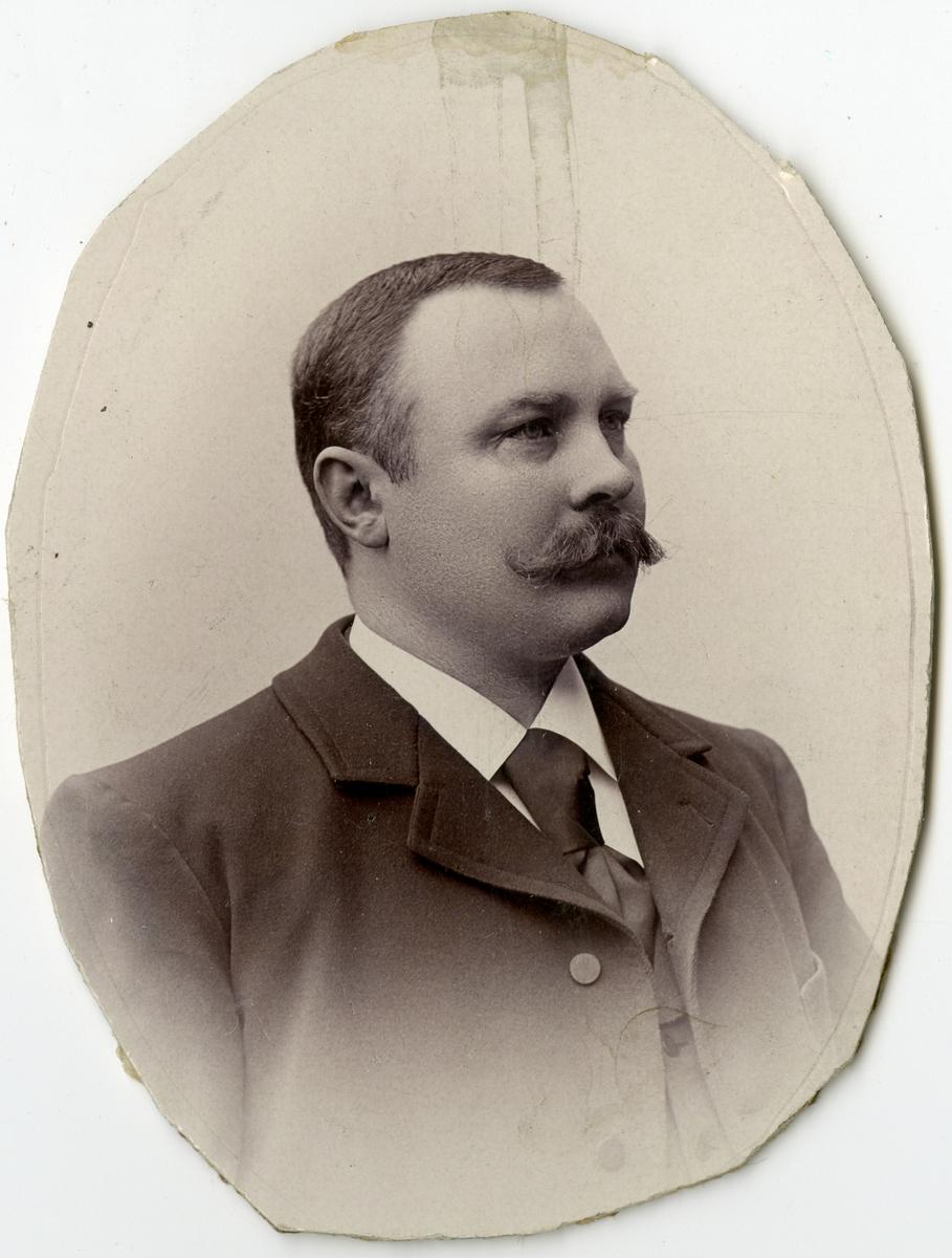 Porträtt av L.E. Ericsson vid Stockholms Tyg-, ammunitions- och gevärsförråd.