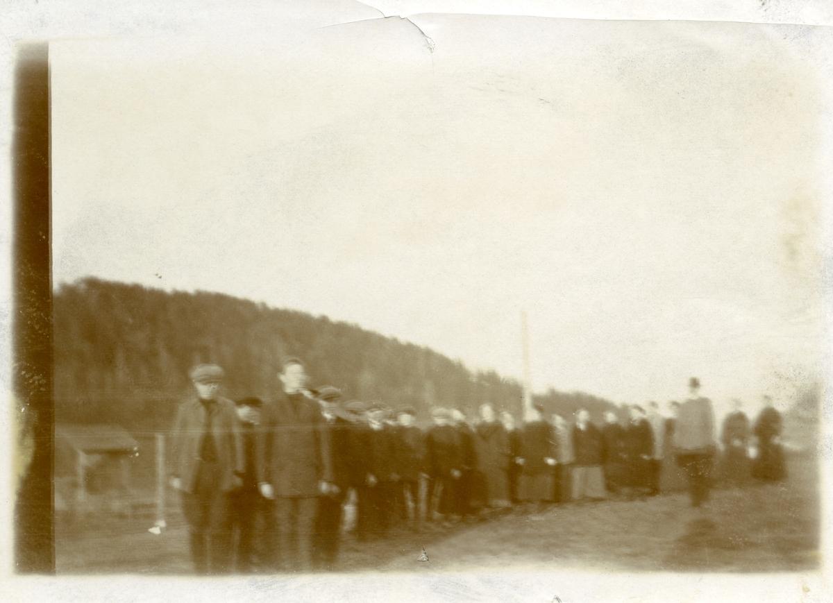 På leikeplassen til Vestoppland Folkehøgskule, 1914.
