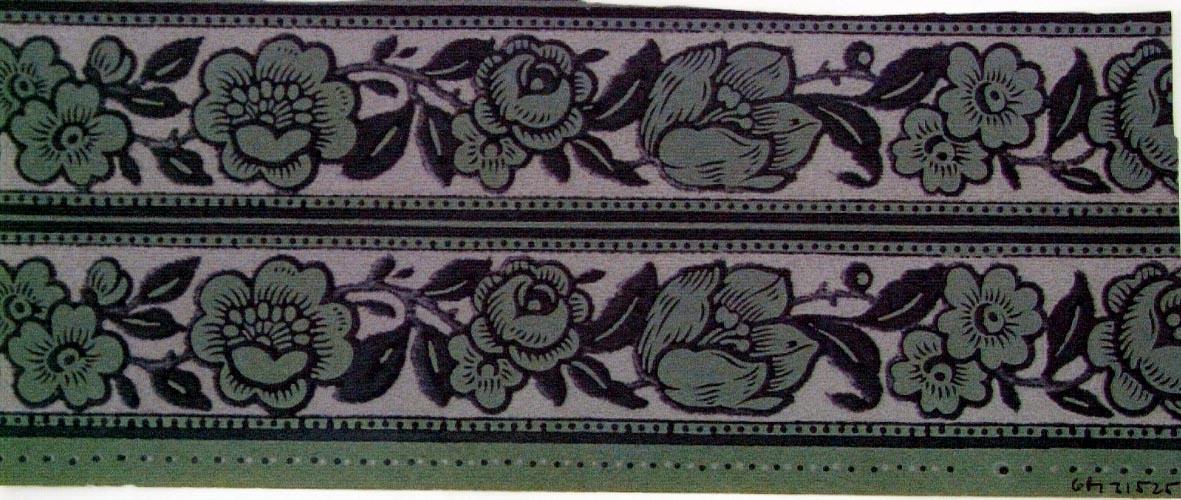 Stiliserade blommor i marin och ljusgrått på ett turkos genomfärgat papper. Bården avslutas upp-/nedtill prickmönstrade band.