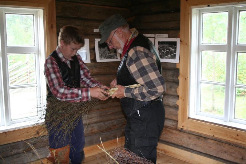 Kort-Juhl Siksjø hjelper en skoleelev med soplimen. Foto: