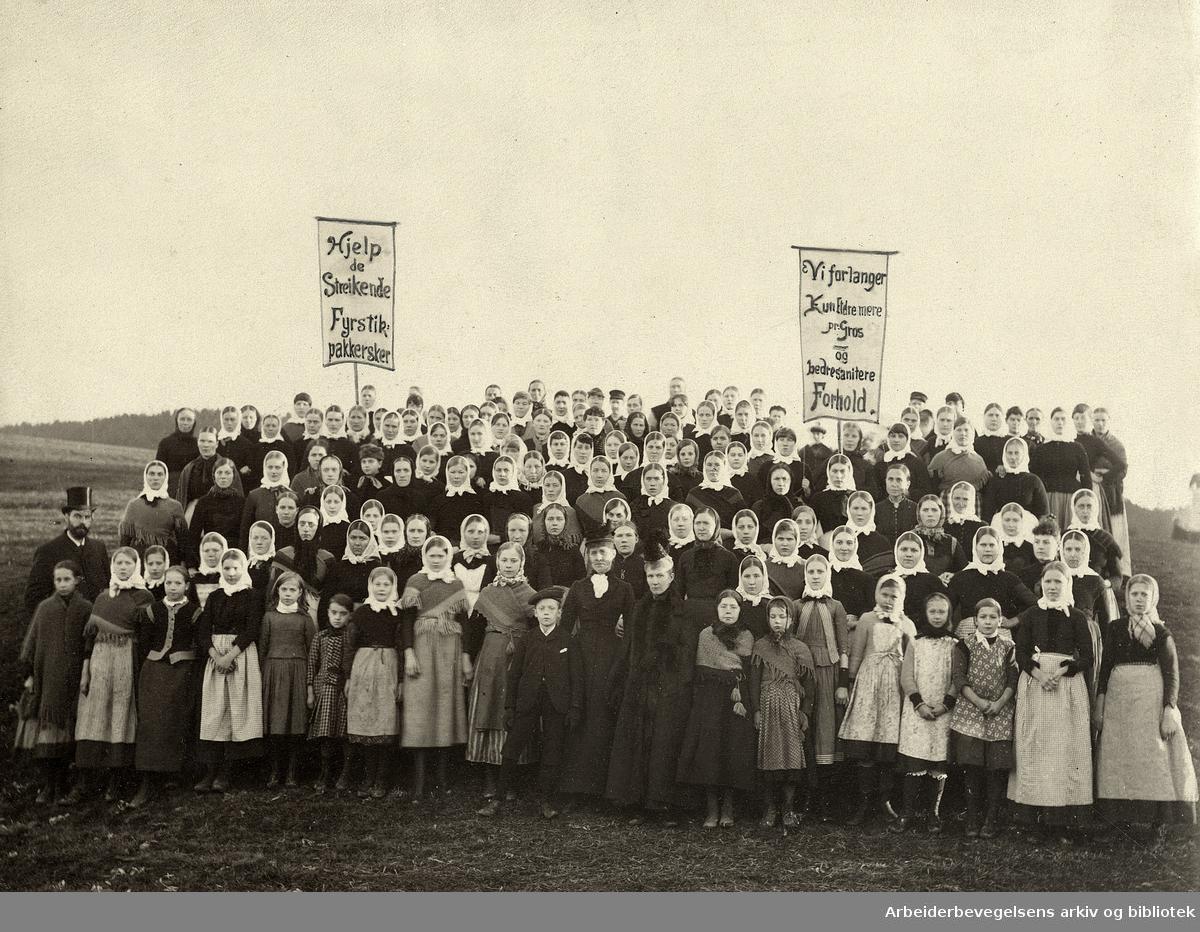 Fra fyrstikkarbeiderstreiken i oktober1889, da jentene ved fyrstikkfabrikkene Bryn og Grønvold la ned arbeidet. Til venstre i flosshatt: Carl Jeppesen. Damen til høyre i midten er Hulda Jeppesen.