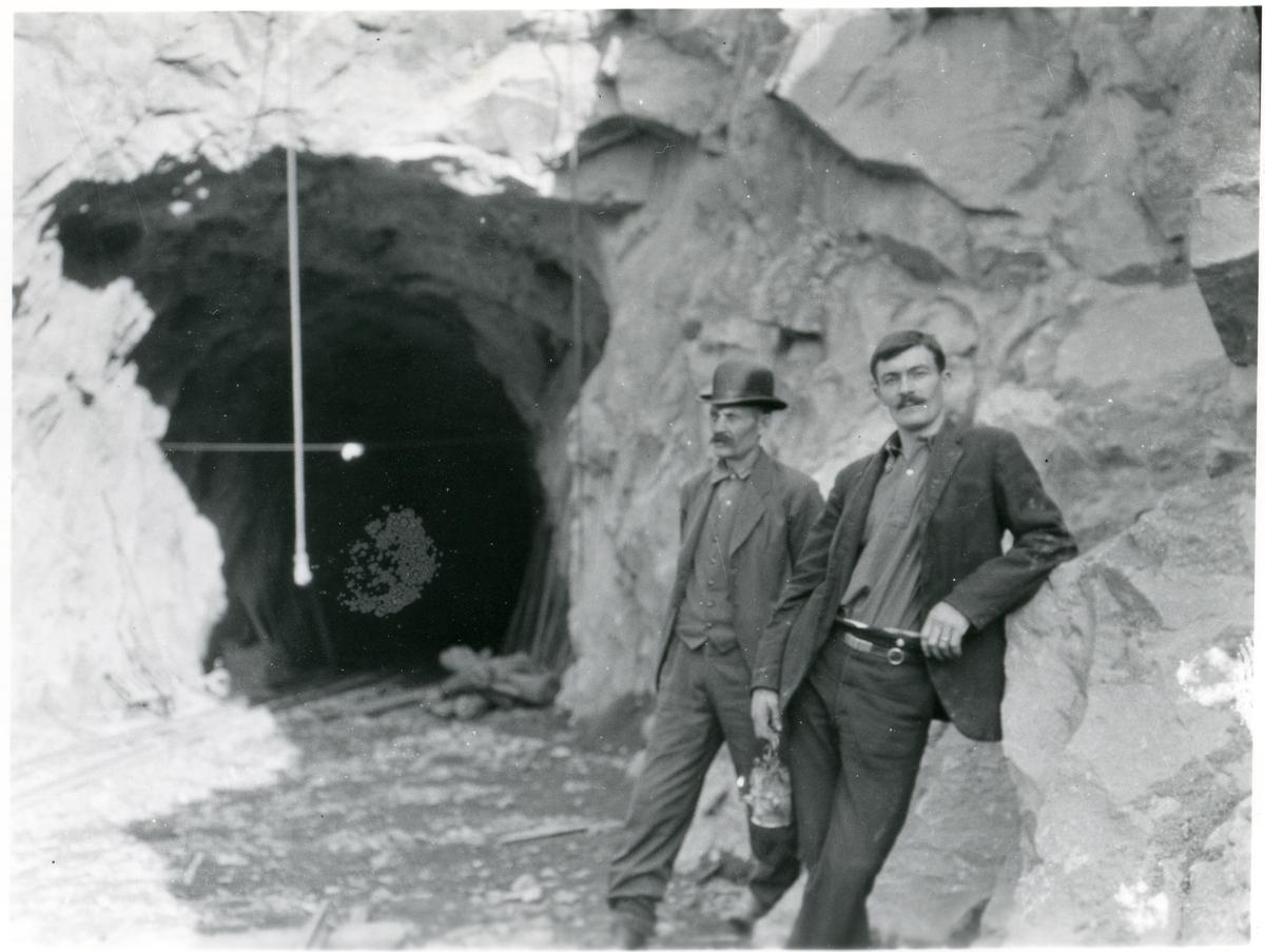 To menn står utenfor tunnelinnslaget til Finsandbanen i Ådalen