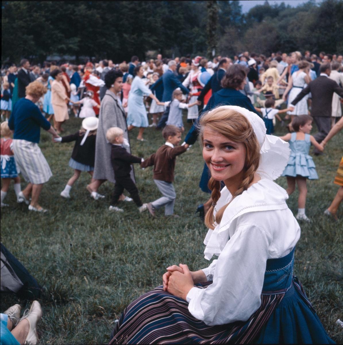 Kvinna avbildad vid midsommarfirandet på Tingsvallen.