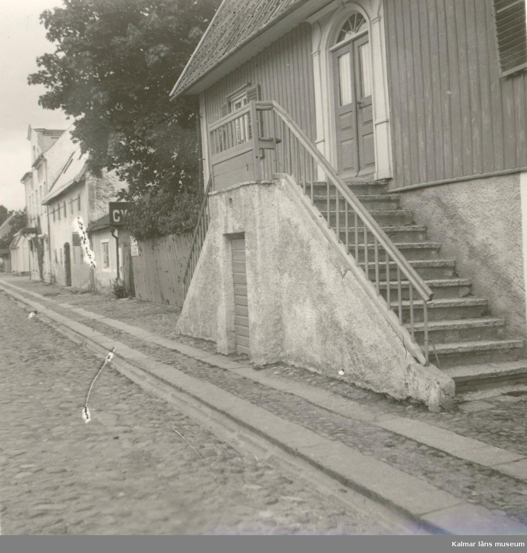 """Under Borgholms första år som stad etablerade sig flera handlare och hantverkare i staden. De hade möjlighet att själva välja den tomt, som de ville bosätta sig på, då staden anlades på ett i stort sett tidigare obebyggt område.  Det uppstod en koncentration av handlare omkring torget och Storgatan öster därom. Hantverkarna tog till viss del i anspråk tomterna väster om torget, där närheten till vattnet var en fördel för dem då det rörde sig om garvare, färgare och liknande verksamheter.  Under denna period användes oftast de lokala materialen kalksten och trä till byggnaderna. Ett vanlig byggnadssätt var att första våningen som innehöll kök, skafferi och visthusbod, ibland också tjänstefolkets bostadsrum, uppfördes i kalksten. Denna del kallades ofta felaktigt för """"källaren"""". Överdelen i trä, antingen reveterad, eller brädfodrad, hade ofta endast förbindelse med undervåningen genom en smal och brant kökstrappa.  Entrén var belägen på andra våningsplanet, till vilket ledde en yttre trappa i kalksten, """"fritrappa"""". De förekom på större byggnader på landet och i andra städer, sedan slutet av 1700-talet. Utmärkande för fritrapporna i Borgholm var att deras uppgångar fanns längs med huset, i stället för rakt fram. Syftet med att lägga fritrapporna längs med husfasaden var att lämna större utrymme för gatan utanför eller för innergården. Dessa fanns bland annat på Adelsparrska gården och Lindmarkska gården vid torget, i dag rivna. En som i dag finns kvar är vid Enemanska gården vid Södra långgatan.  Anledningen till att husen uppfördes med första våningen i sten och de övre i trä får sökas i den öländska byggnadstraditionen. Virke var under en lång tid en bristvara på Öland. Det lokala materialet kalksten fanns det gott om, men har nackdelen att """"fukta"""" varför det inte var lämpligt till bostadsutrymmen. En annan anledning är att Borgholm ligger endast någon meter över havsytan och dräneringen i staden var under en lång tid bristfällig, varför det var nödvändigt att komma """