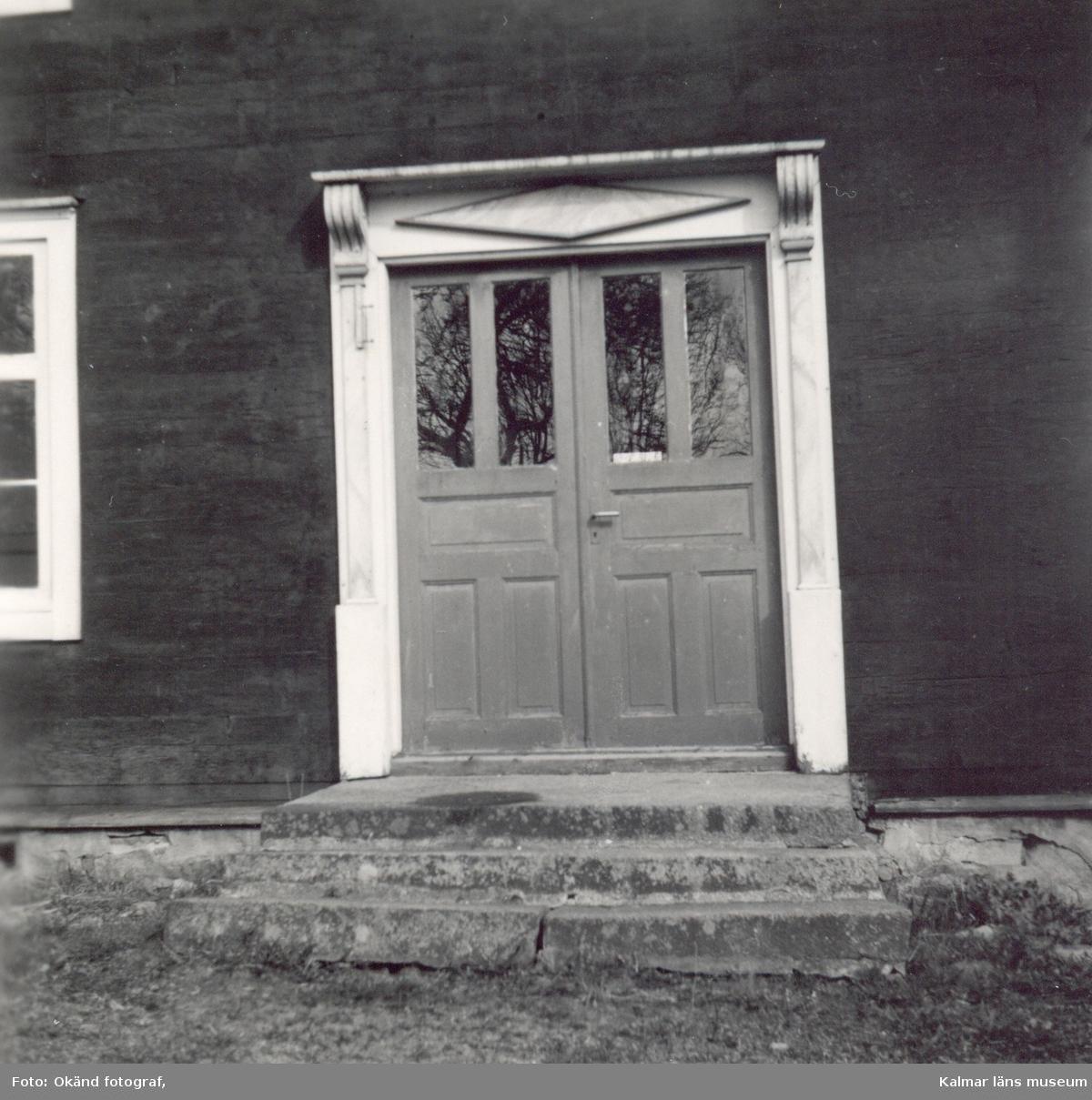 En dörr till en byggnad i Mjödehult.