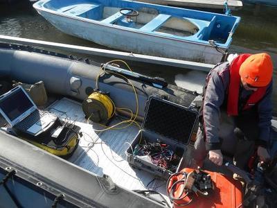 Utstyr til sonarkjøring ligger i gummibåten. (Foto/Photo)