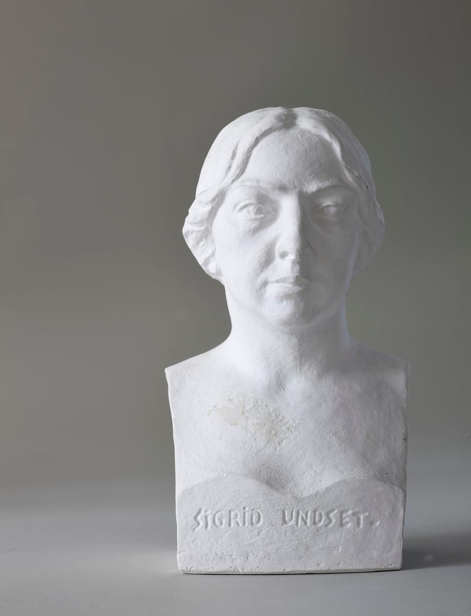 Forfattarinne. Byste laga same år som ho fekk Nobelprisen i litteratur. Museet på Bjerkebæk, forfattarinna sin kunstnarheim, har ein versjon i forgylt gips (UB-01686)