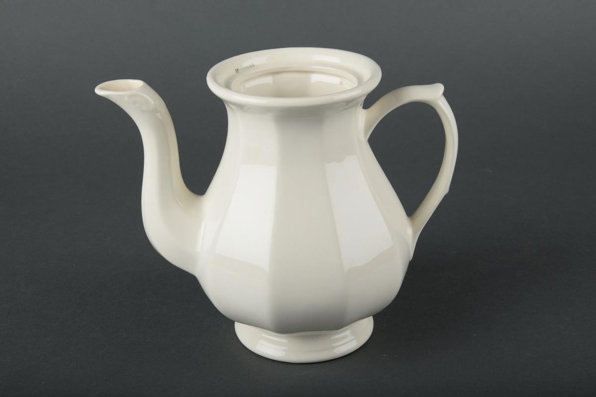 Kanne i keramikk med hvit glasur. Brede riller langs siden av kannen. Liten dekorativ knott på toppen av lokket.