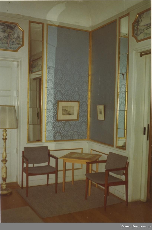 Veranda i bottenvåningen  Svensknabben bebyggdes under 1880-talet av Leonard Jeansson och ärvdes sedan av konsul John Jeansson som 1901-1902 lät uppföra den stora putsade byggnad som ännu står. Svensknabben bebyggdes under 1880-talet av Leonard Jeansson och ärvdes sedan av konsul John Jeansson som 1901-1902 lät uppföra den stora putsade byggnad som ännu står. Fastigheten såldes 1962 till Kalmar kommun som använde huvudbyggnaden till privata fester. 1984 såldes fastigheten till Capitex som kontoriserade husen. Idag inrymmer de ett flertal tjänsteföretag.