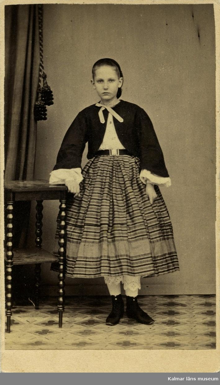 Porträtt på en flicka ur fru Bergs mors, Annie Nordenankar född Rosberg, samlingar.